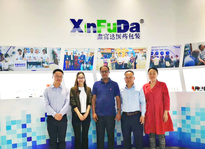 Welcome foreign customers come to our factory