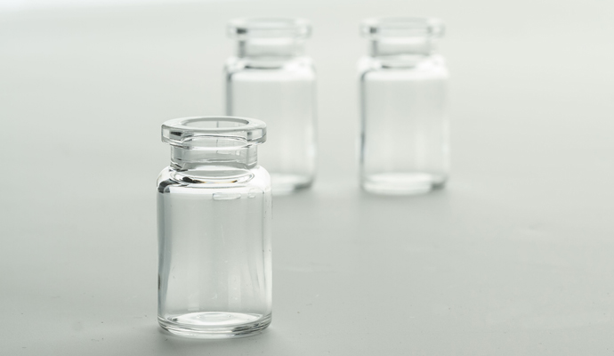 Plastic COP vials with low protein adsorption